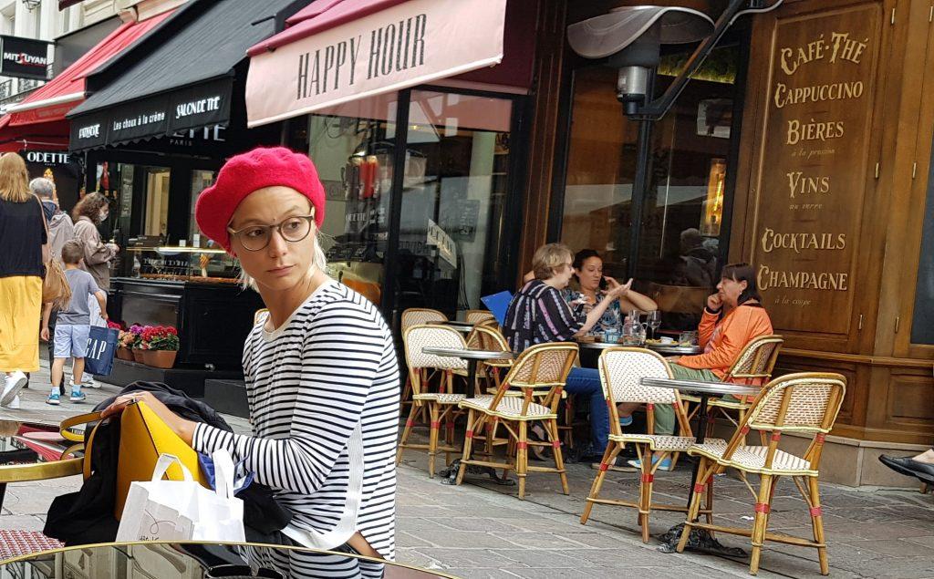 Молодая француженка в кафе